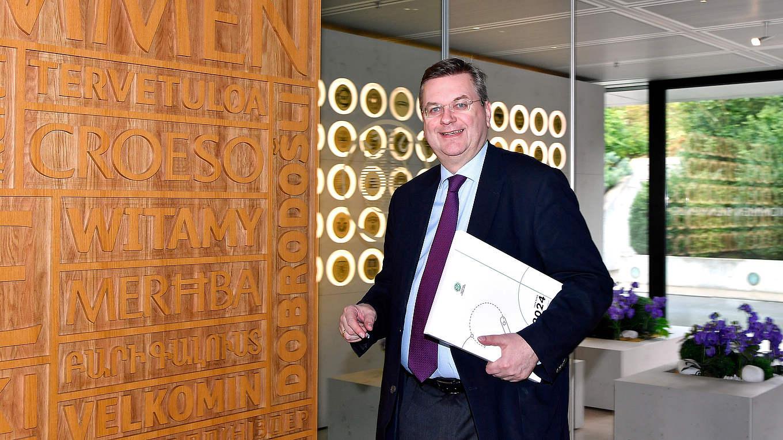 bewerbung um euro 2024 dfb prsident grindel gibt unterlagen bei uefa in nyon ab - Bewerbung Auf Trkisch