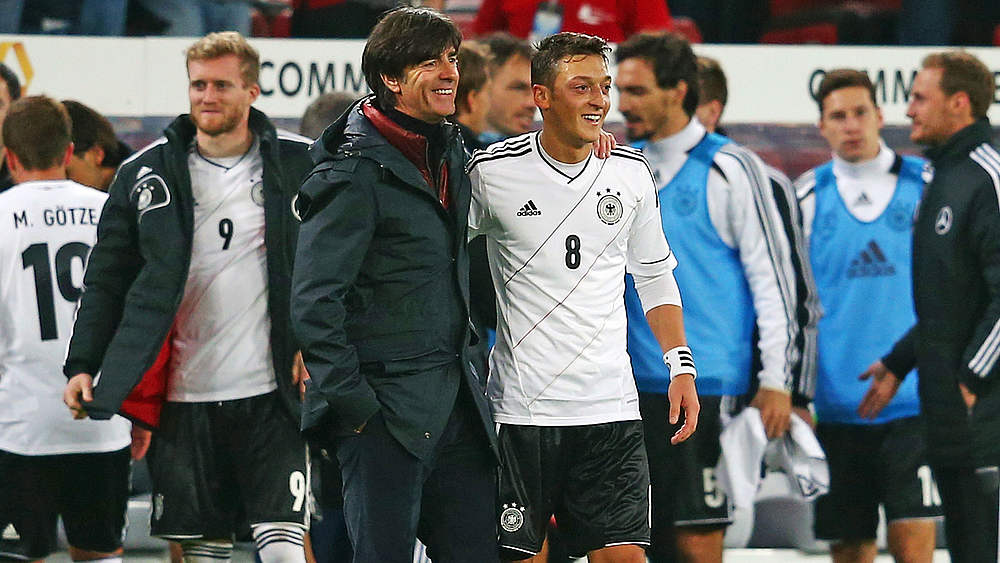 Joachim Löw mit Mesut Özil © 2012 Getty Images