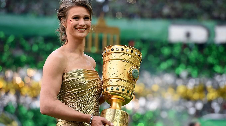 Die Pokalträgerinnen Beim Dfb Pokalfinale Dfb Deutscher Fußball