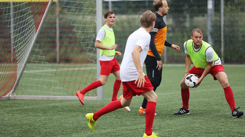 Mit Kleinen Spielen Fussballspezifisch Aufwarmen Dfb