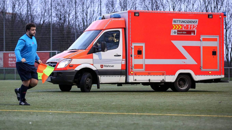Erste Hilfe Bei Fussball Unfallen Dfb Deutscher Fussball