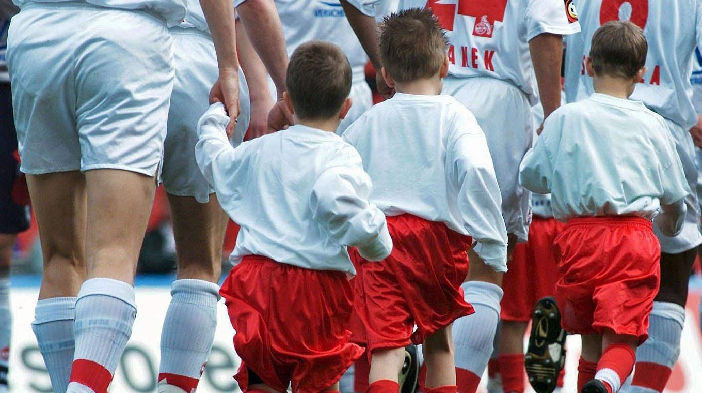Hand In Hand Mit Den Stars Ins Stadion Dfb Deutscher Fußball