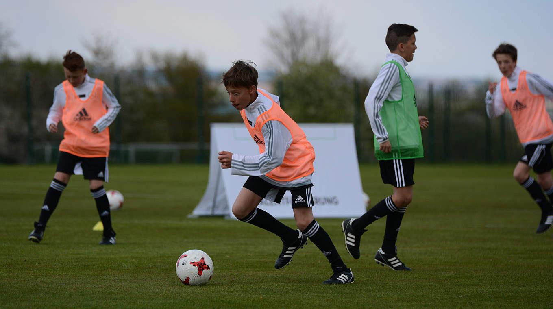 In kleinen Spielformen schnell reagieren :: DFB - Deutscher Fußball ...