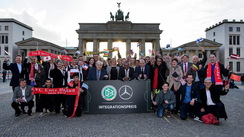 Strahlende Gesichter: alle Nominierten und Preisträger vor dem  Brandenburger Tor © Markus Gilliar