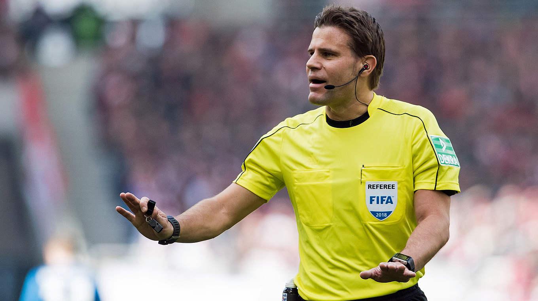 Spielleiter im Signal-Iduna-Park in Dortmund: Felix Brych leitet das Topspiel im Pokal © 2018 Getty Images