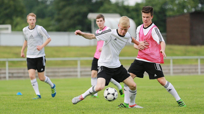 Mutig In Den Offensiven Zweikampf Dfb Deutscher Fussball