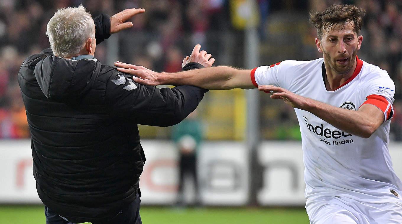 Deve suspender sete semanas: David Abraham (r.) Após sua ação contra Christian Streich © imago images / Jan Huebner