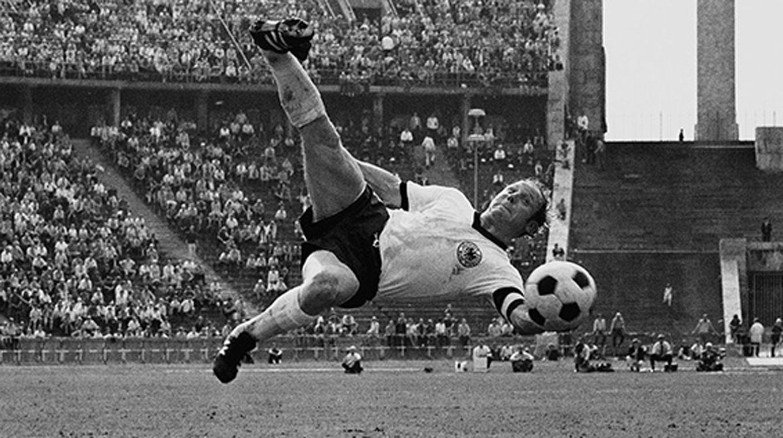 DFB-Ehrenspielführer Uwe Seeler wird heute 77 :: DFB - Deutscher ...